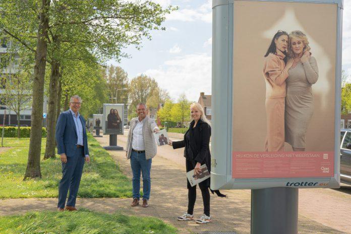 Wethouders De Haas en Verbeek bij de expositie op straat